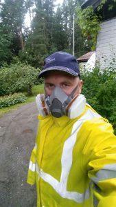 Pohjan Kruunu asbestikartoittaja työssään. Asbesti on hengenvaarallista!